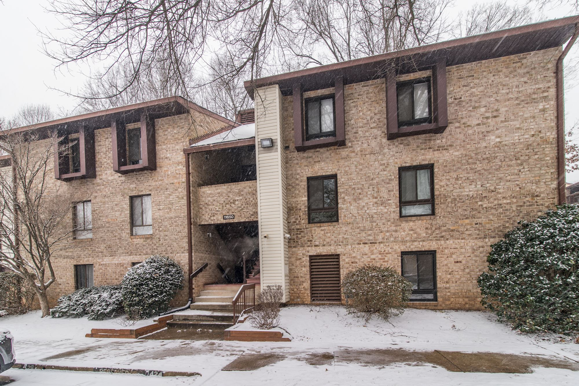 NEW LISTING: Open and Bright 2BD/2BA Condo in The Heart of Reston