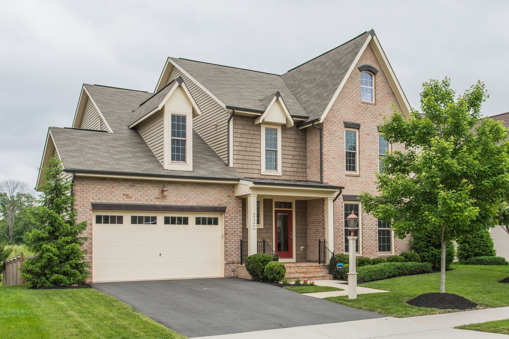 NEW LISTING: 4 BD Stunning Open Floor Plan Home in Ashburn