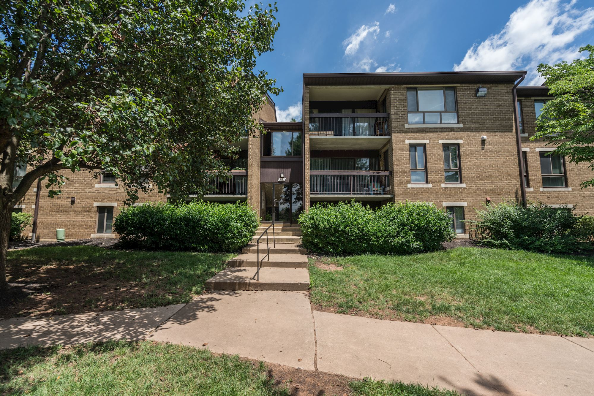 NEW LISTING: Rarely Available 3 BD Unit Near Downtown Herndon