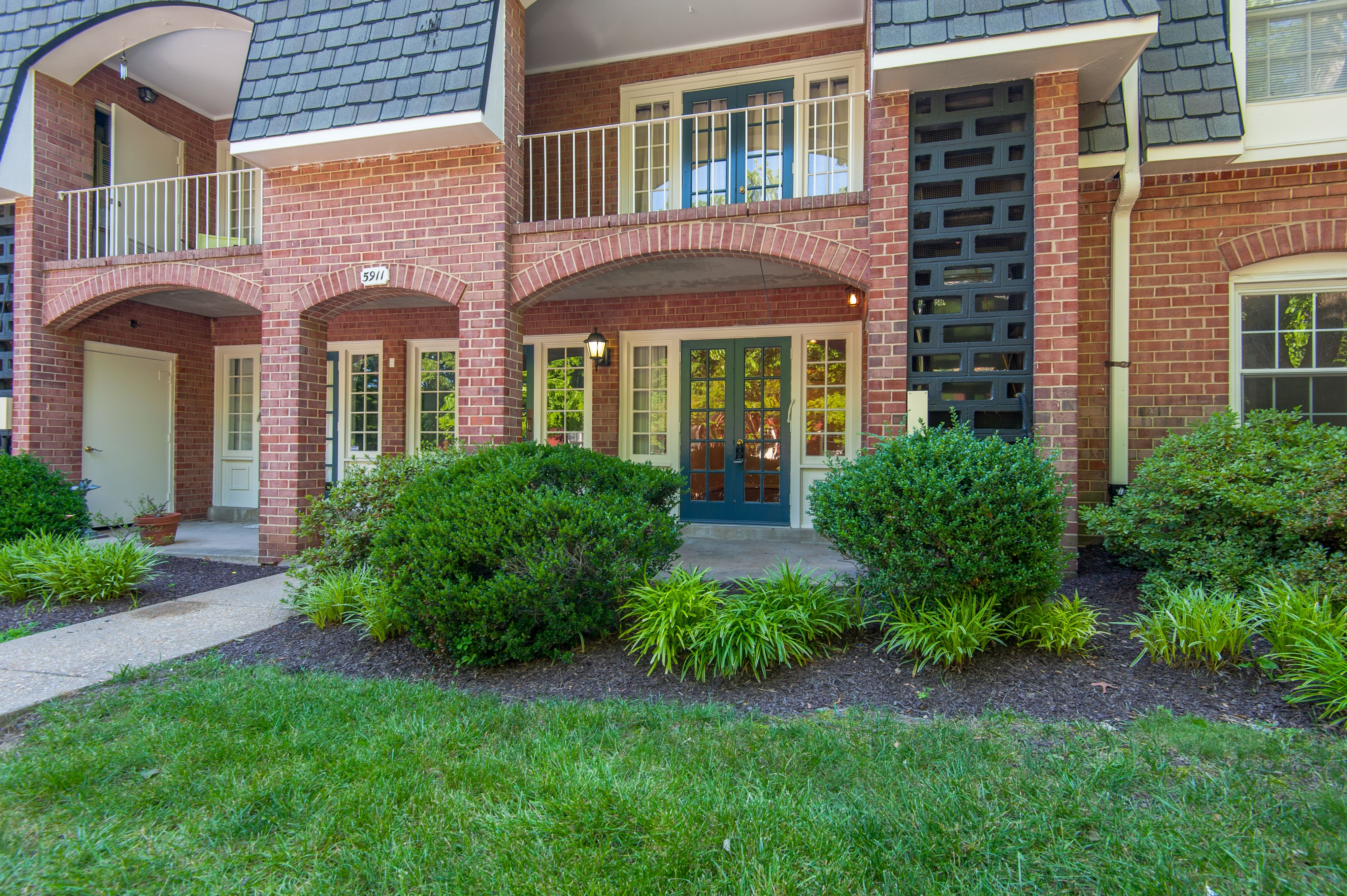 NEW LISTING:Renovated Condo in Cardinal Forest